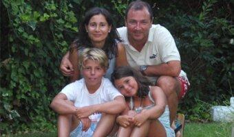 Gema y su esposo con sus dos hijos.