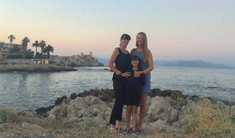 Giulia together with her daughter and her au pair at the beach