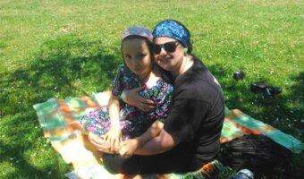 Maribel en una manta de picnic con su hija anfitriona