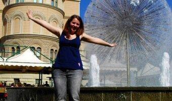 Julie vor einem Wasserbrunnen