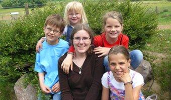 Laure et les quatres enfants de sa famille d'accueil