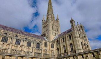 Cattedrale di Norwich con cielo blu sullo sfondo