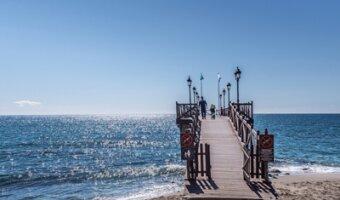 Pasarela sobre el mar azul de marbella