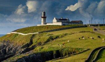 Un phare à la côte en Irland