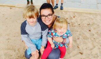 Marine avec les deux enfants de sa famille d'accueil à la plage