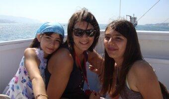 Sophie et les deux filles de sa famille d'accueil sur un bateau