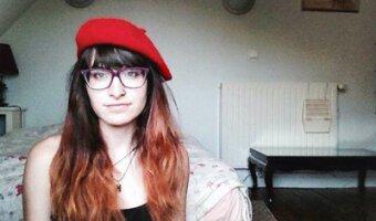 Veronica con una gorra roja