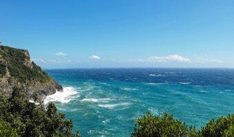 Blaues Meer an der Küste von Toskana