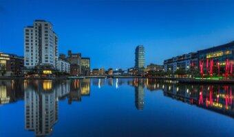 Dublin bei Nacht, Hochhäuser spiegeln sich im Wasser