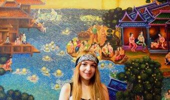 Sarah vor einer Wand mit Malereien