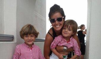 Teresas Au pair macht ein Foto mit den 2 Kindern und hat eins im Arm