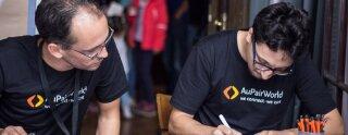 Alejandro y Michael, miembros del equipo de AuPairWorld, toman nota de las au pairs que asistieron al evento