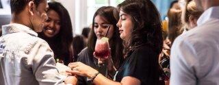 Nuestros participantes disfrutan de algunas bebidas y snacks