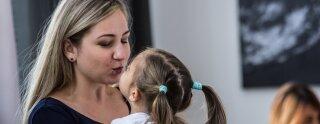 Una au pair con uno de los niños de su familia de acogida
