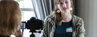 Una au pair habla ante las cámaras acerca de su experiencia
