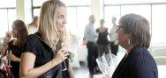 Due donne bevono qualcosa e chiacchierano