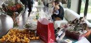 Riuniti su di un tavolo, i regali degli invitati