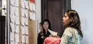 Una chica au pair busca un lugar para su formulario