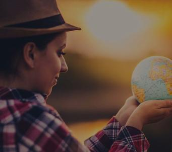 Ein Mädchen mit einer Weltkugel